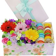 Brilliant box of flowers with macarons - flowers and bouquets on roza.kharkov.ua