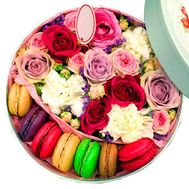 Bouquet in a round box with Macarons - flowers and bouquets on roza.kharkov.ua