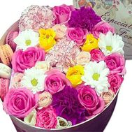 Flowers in a round box with cakes - flowers and bouquets on roza.kharkov.ua