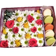 A box of flowers with French cakes - flowers and bouquets on roza.kharkov.ua