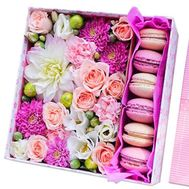 Delicate box with macaroons and flowers - flowers and bouquets on roza.kharkov.ua