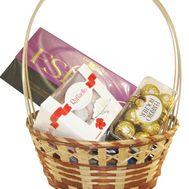 Сладкие подарки в корзине - цветы и букеты на roza.kharkov.ua