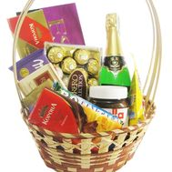 Gift basket with sweets and champagne - flowers and bouquets on roza.kharkov.ua